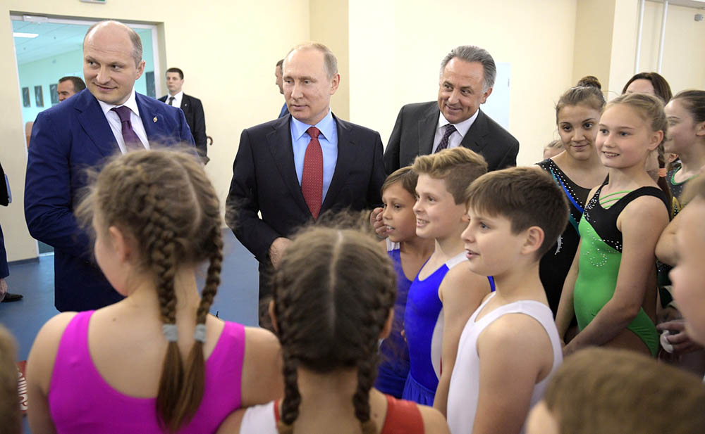 Президент России Владимир Путин и юные спортсмены
