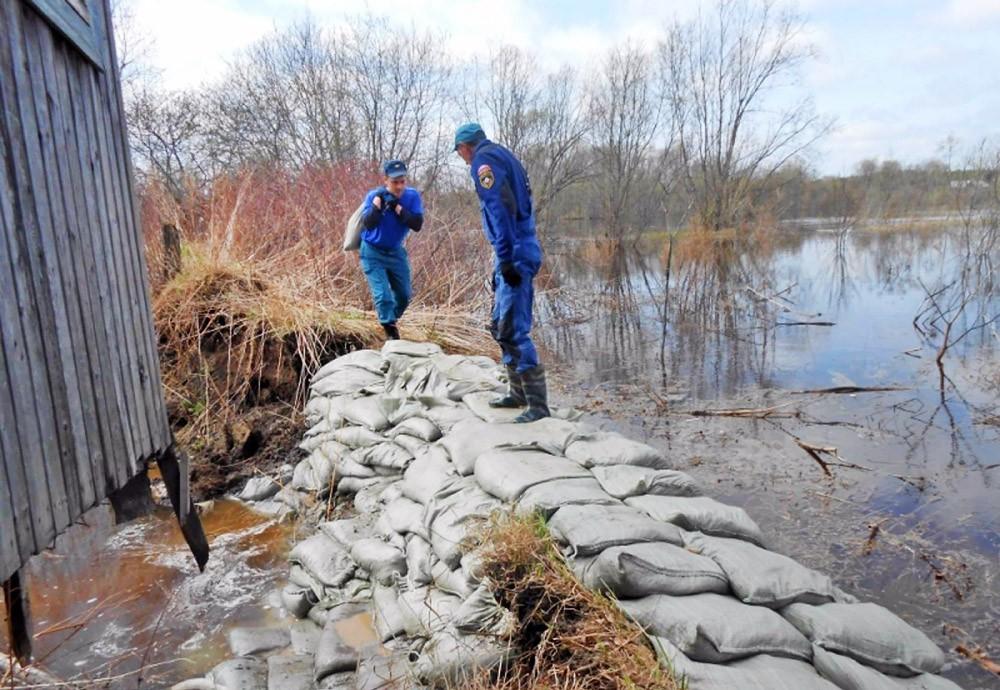 Спасатели МЧС возводят временную дамбу в зоне паводков