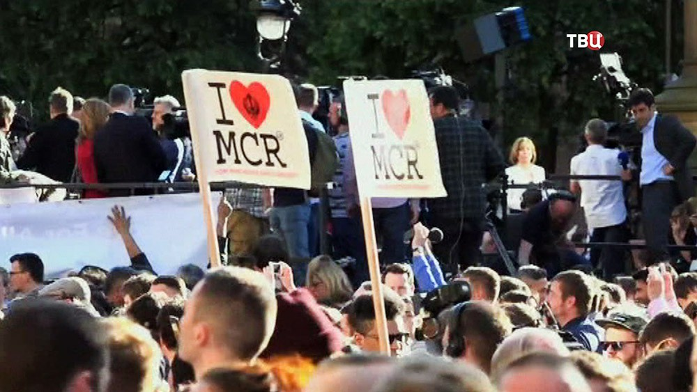 Митинг в память о жертвах теракта в Манчестере