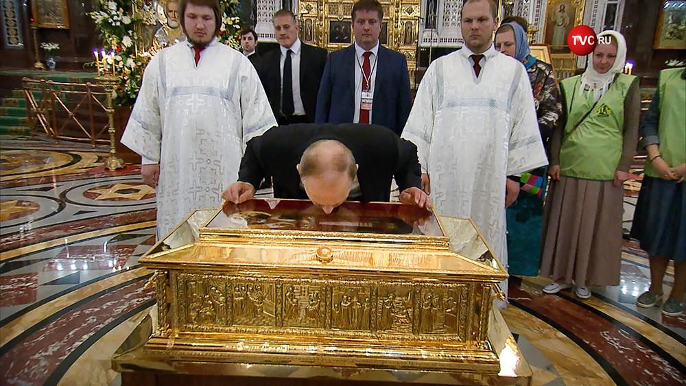 Из жизни переобувшихся: бывший член КПСС и директор ФСБ путин тоже поклонился ребру Коли,а вдруг поможет уйти от расплаты