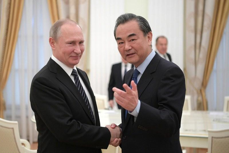 Владимир Путин и глава МИД Китая Ван И