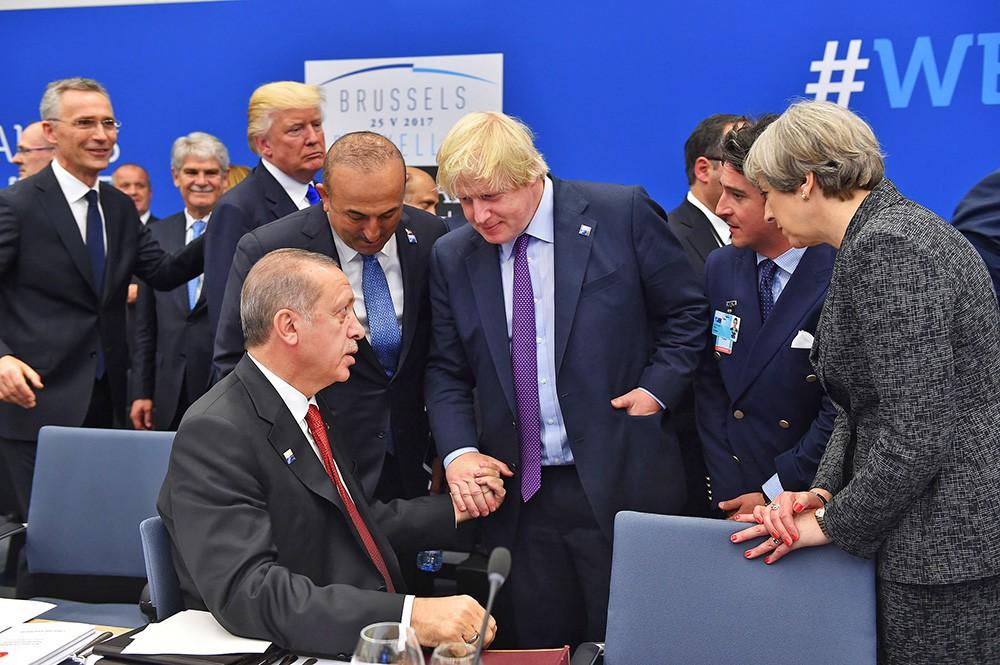 Реджеп Тайип Эрдоган и Борис Джонсон на саммите НАТО