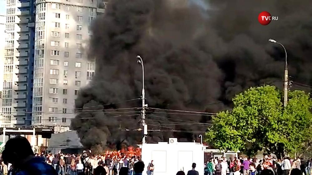 Устанции метрополитена «Юго-Западная» в столицеРФ зажегся автобус