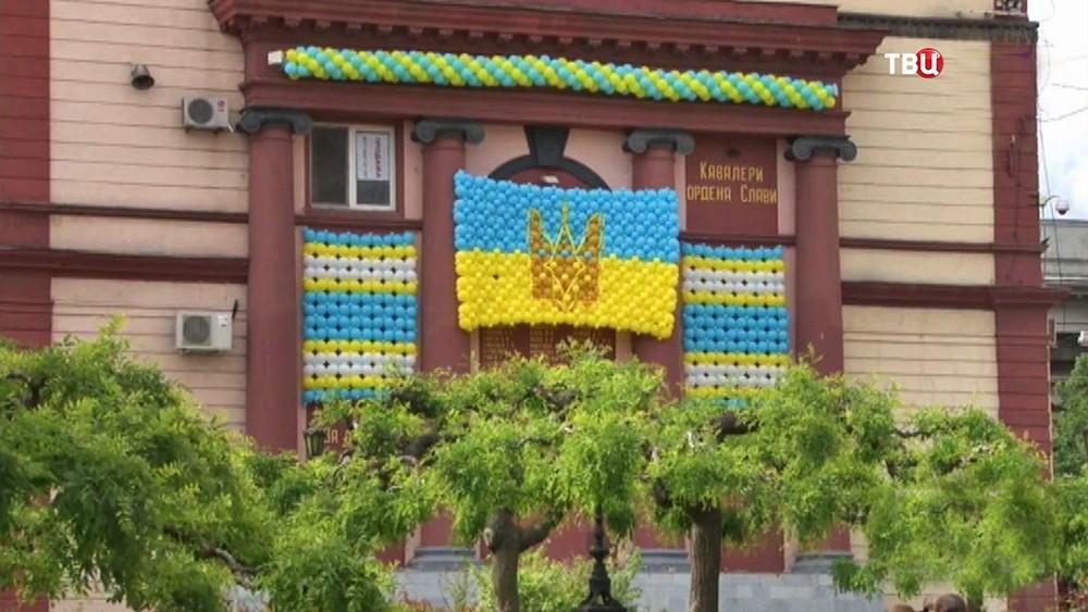 Стену Героев СССР в Одессе закрыли воздушными шарами