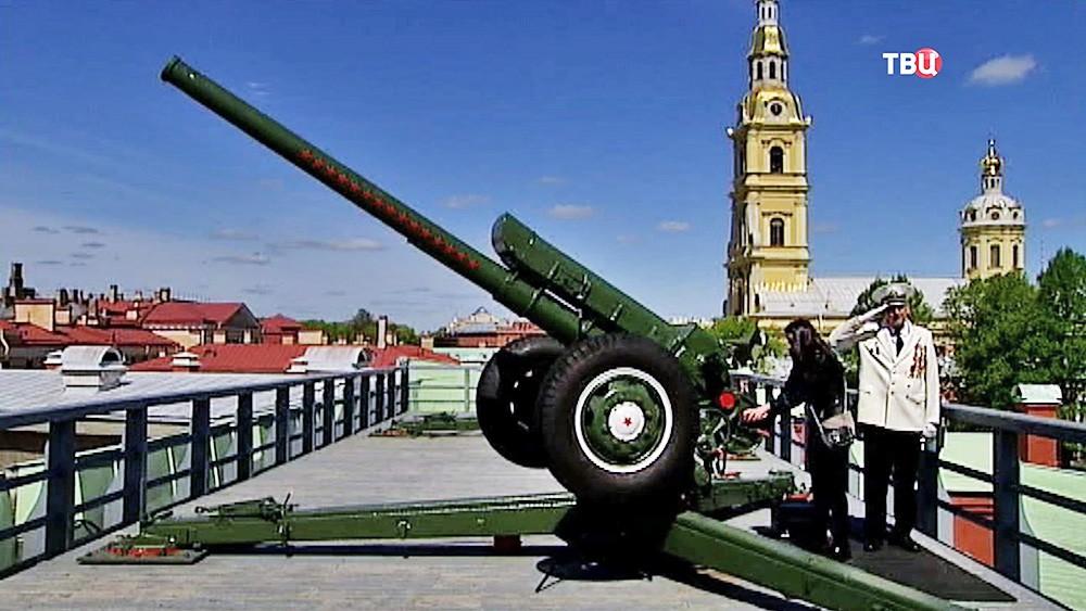 Залп пушки в Петропавловской крепости в Санкт-Петербурге