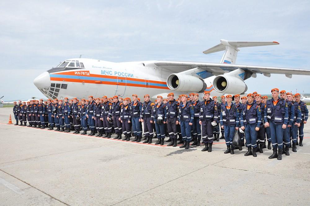 Отряд спасателей МЧС возле транспортного самолета Ил-76