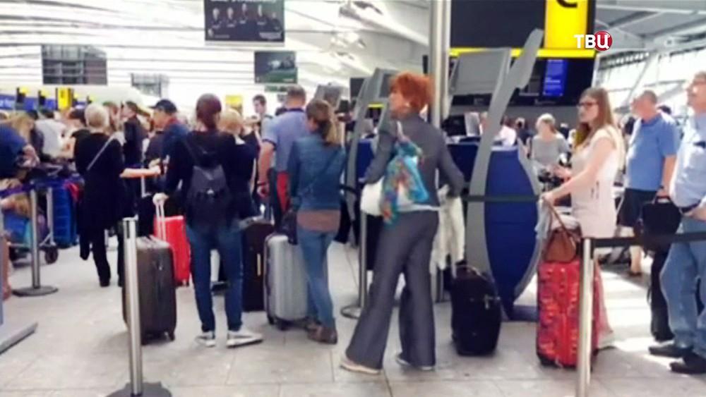 Пассажиры в аэропорту Хитроу Гатвик