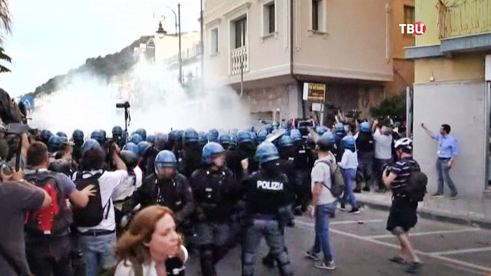 Полиция Италии разгоняет митинг