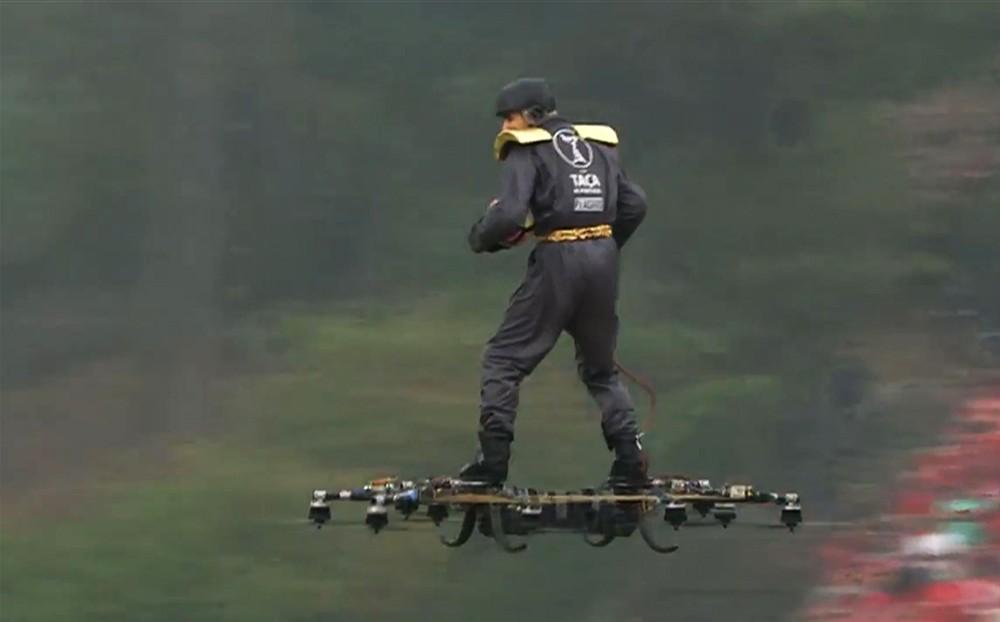 Полет человека на дроне