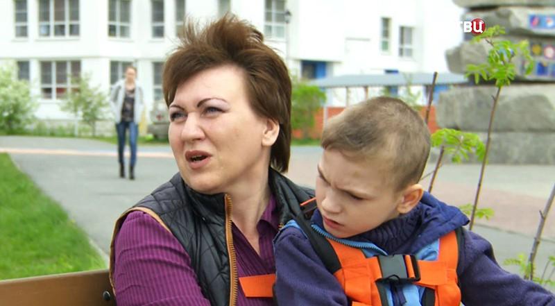 Мать и школьник с ДЦП