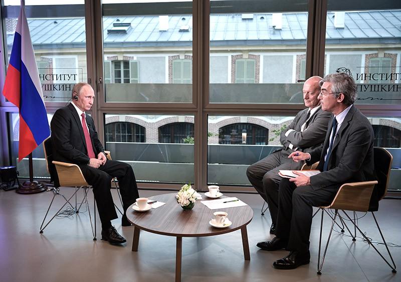 """Президент России Владимир Путин дает интервью журналистам французского издания """"Фигаро"""""""