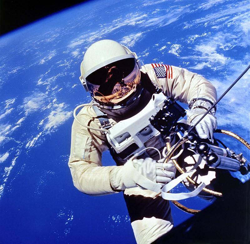 Космонавт Эдвард Уайт в открытом космосе