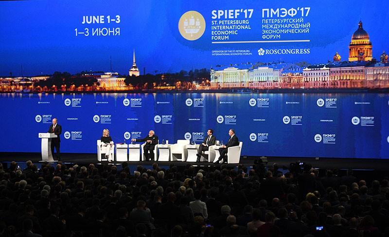 Президент России Владимир Путин на пленарном заседании Санкт-Петербургского международного экономического форума 2017