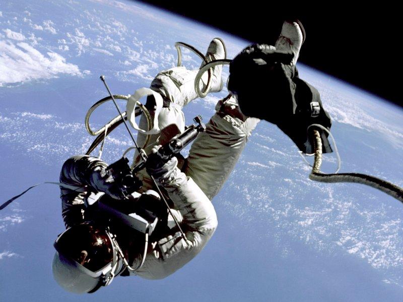Эдвард Уайт в открытом космосе