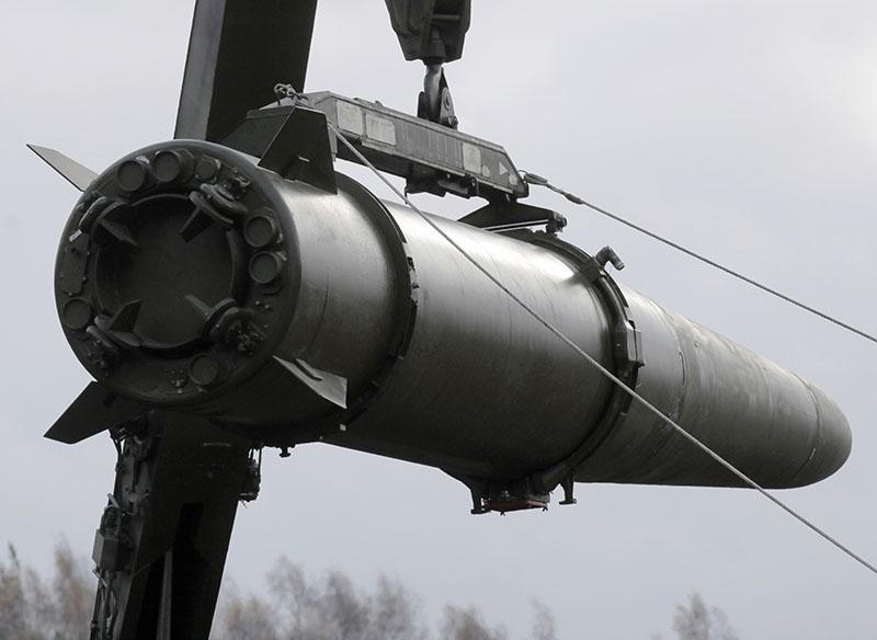 """Зарядка высокоточного ракетного комплекса """"Искандер"""" во время учений"""