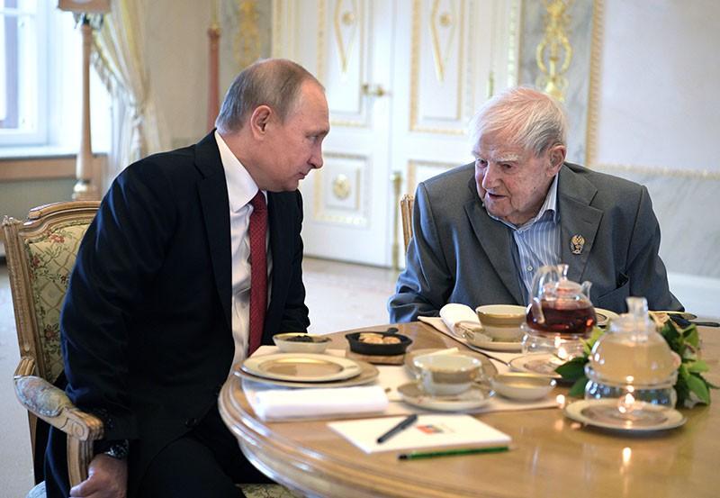 Президент России Владимир Путин и писатель Даниил Гранин