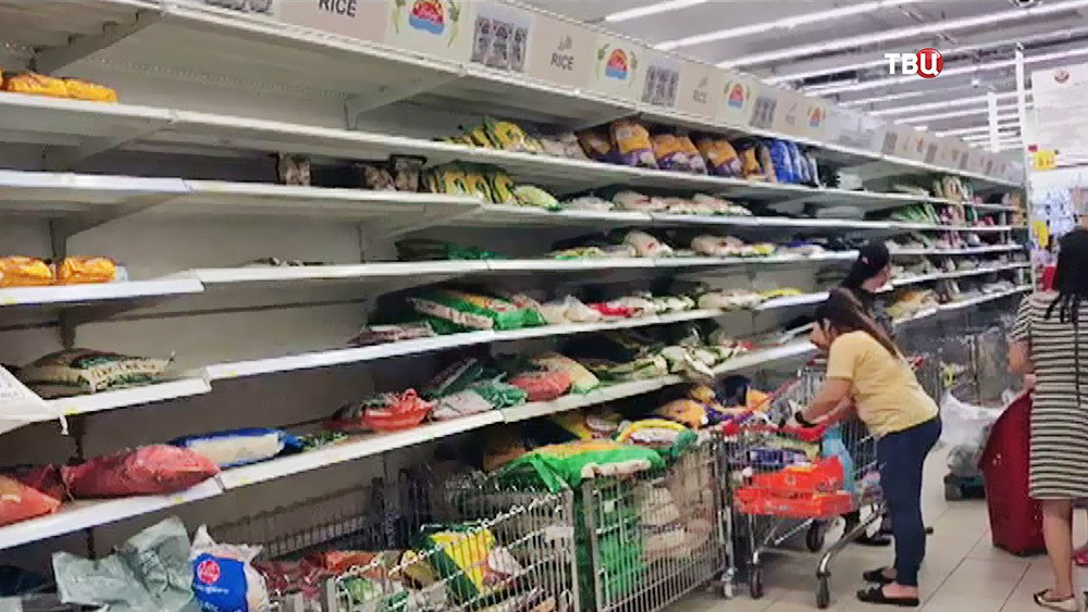 Жители Катара в супермаркете