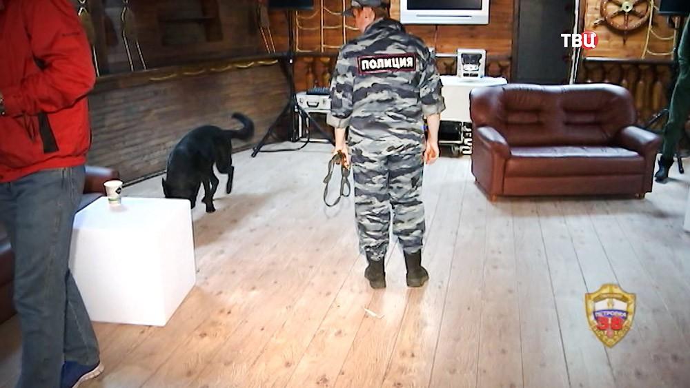 Кинолог полиции с собакой