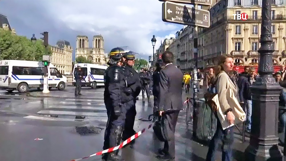 Полиция Франции на месте происшествия в Париже
