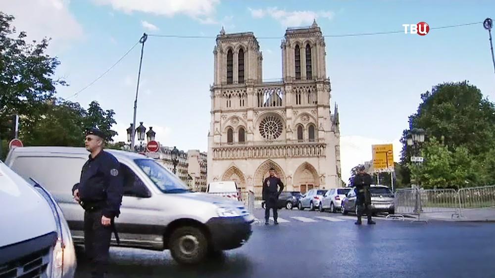 Полиция Франции у собора Парижской Богоматери