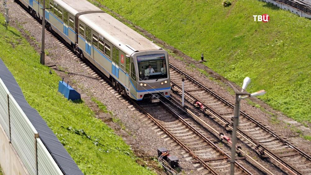 Поезд метро на открытом участке