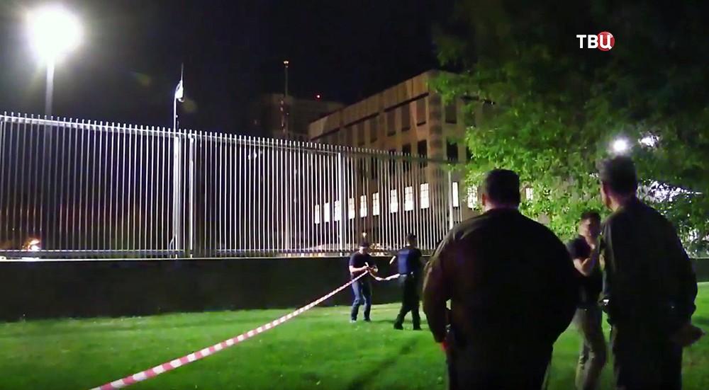 Полиция Украины у посольства США в Киеве