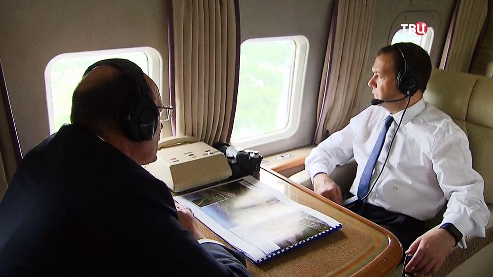 Дмитрий Медведев смотрит в иллюминатор вертолета