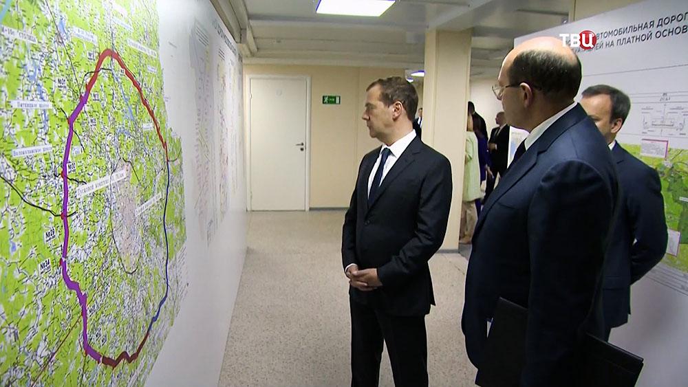 Дмитрий Медведев смотрит схему Центральной кольцевой автодороги (ЦКАД)