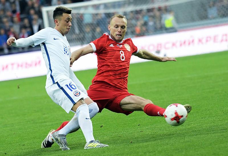 Мартин Родригес (Чили) и Денис Глушаков (Россия) во время товарищеского матча между сборными командами России и Чили