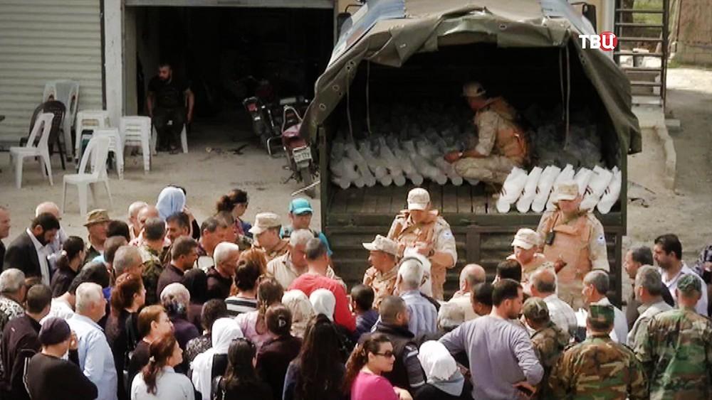 Русские  военные привезли жителям Хомса продукты илекарства