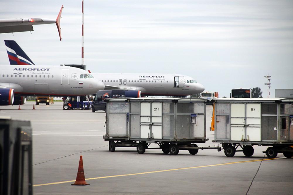 Тележки для перевозки багажа в аэропорту