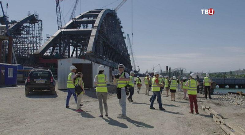 Иностранные журналисты осматривают Крымский мост