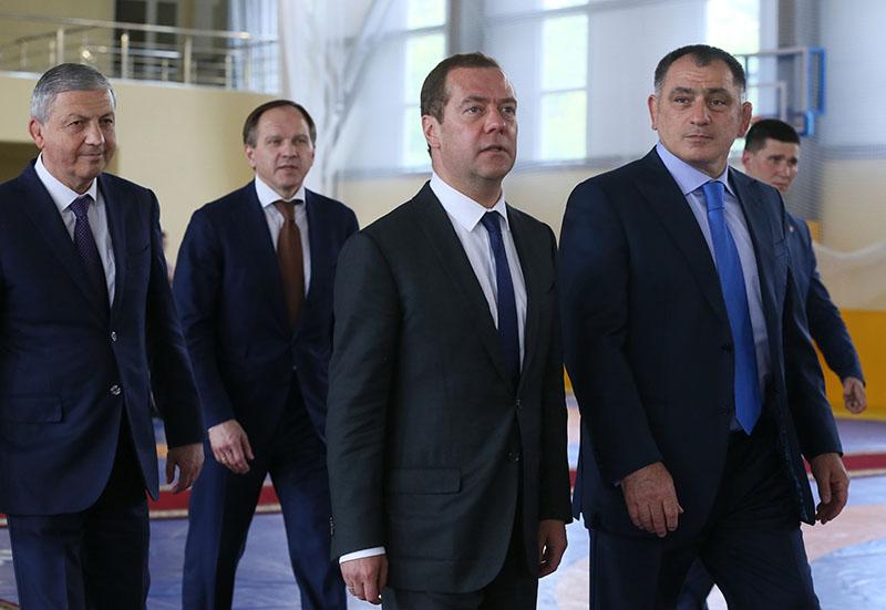 Председатель правительства России Дмитрий Медведев во время посещения Академии борьбы имени Аслана Хадарцева во Владикавказе
