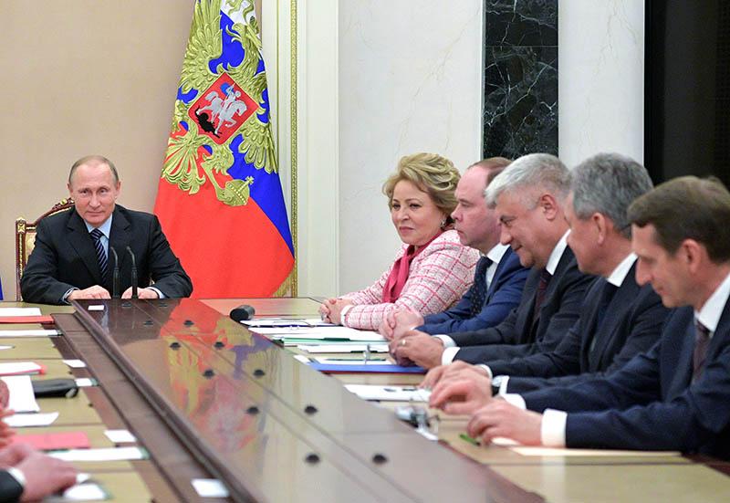 Президент России Владимир Путин проводит совещание с постоянными членами Совета безопасности