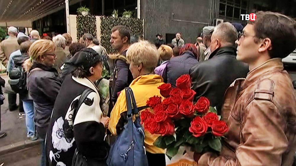 Люди на церемонии прощания возле Дома Кино