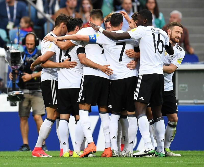 Футболисты сборной Германии радуются забитому голу на Кубке конфедераций