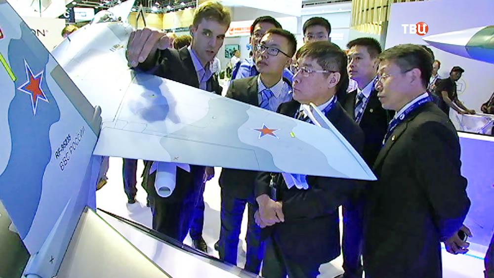 Демонстрация модели истребителя Миг-35 на Международном авиасалоне в Ле Бурже
