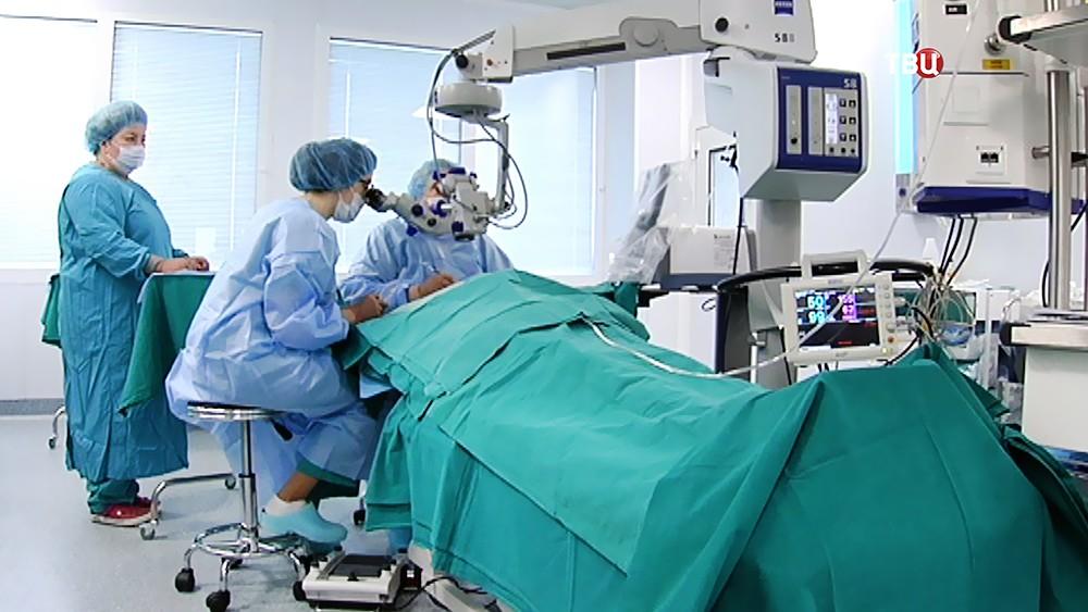 Офтальмологи проводят операцию