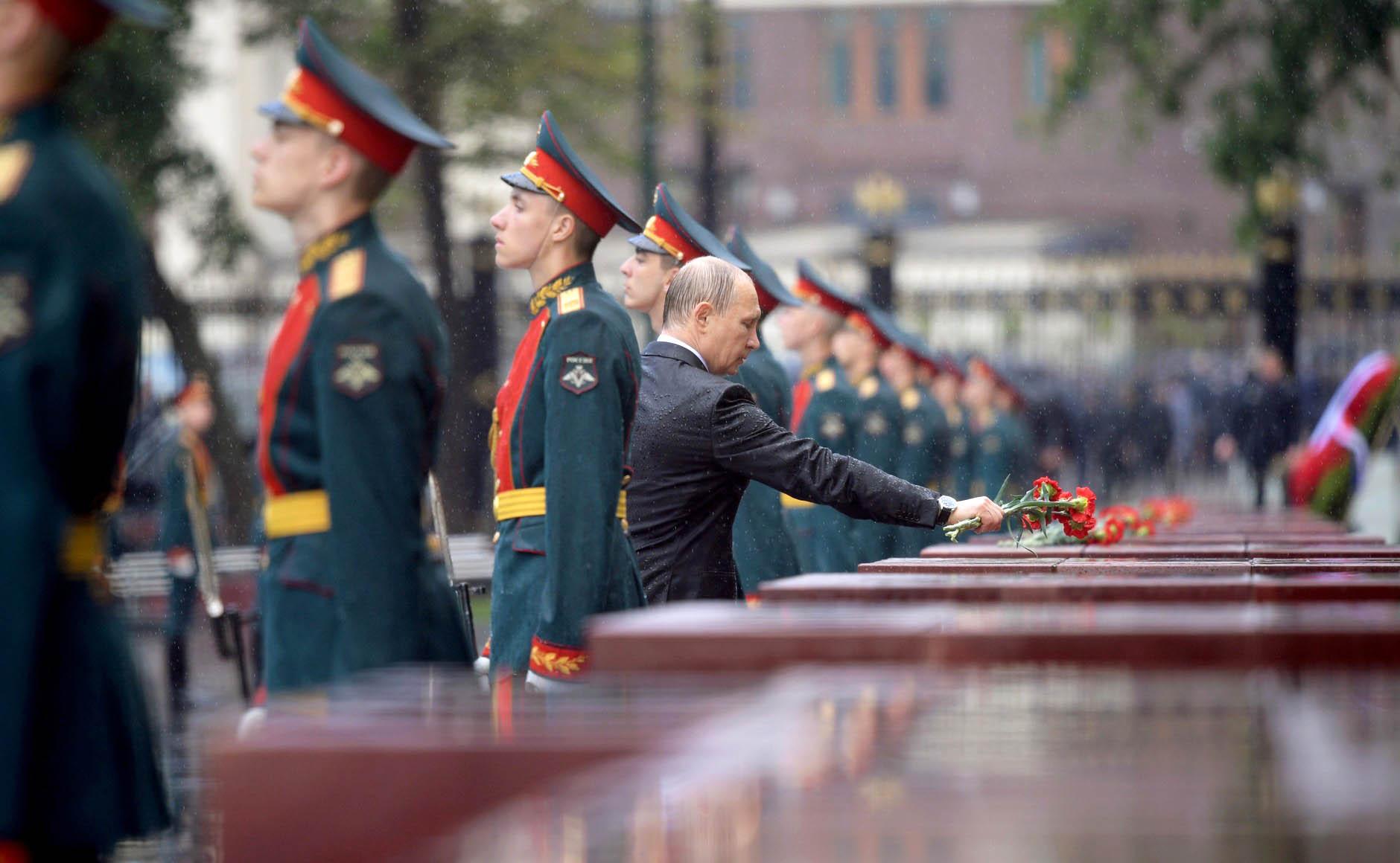 Владимир Путин возлагает цветы в Александровском саду