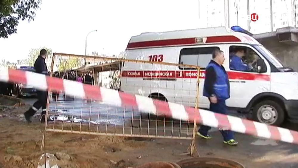 Скорая помощь на месте происшествия в коллекторе в Москве