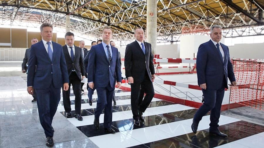"""Дмитрий Медведев во время осмотра нового терминала международного аэропорта """"Шереметьево"""""""