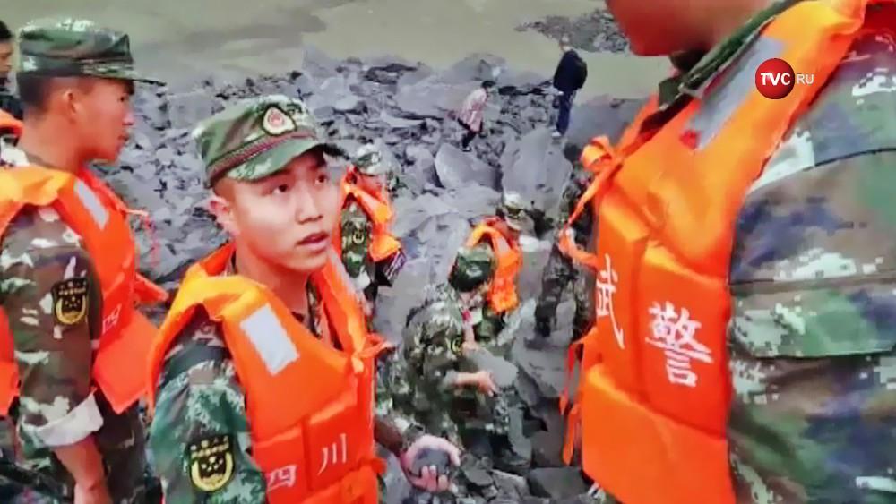 Спасатели Китае на месте схода оползня