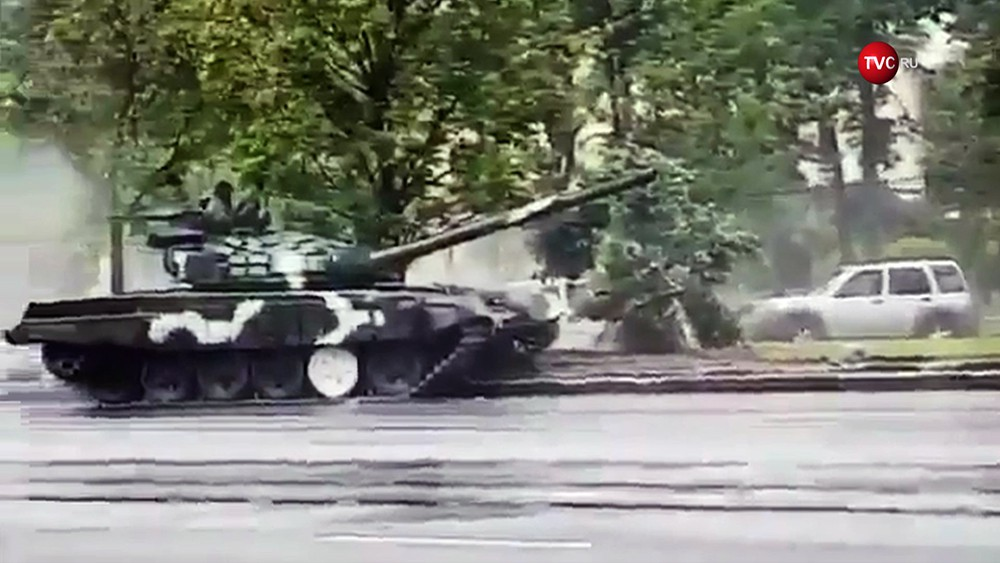 Танк в Минске снес фонарный столб
