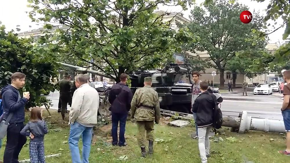В Минске танк снес столб на репетиции парада. Видео