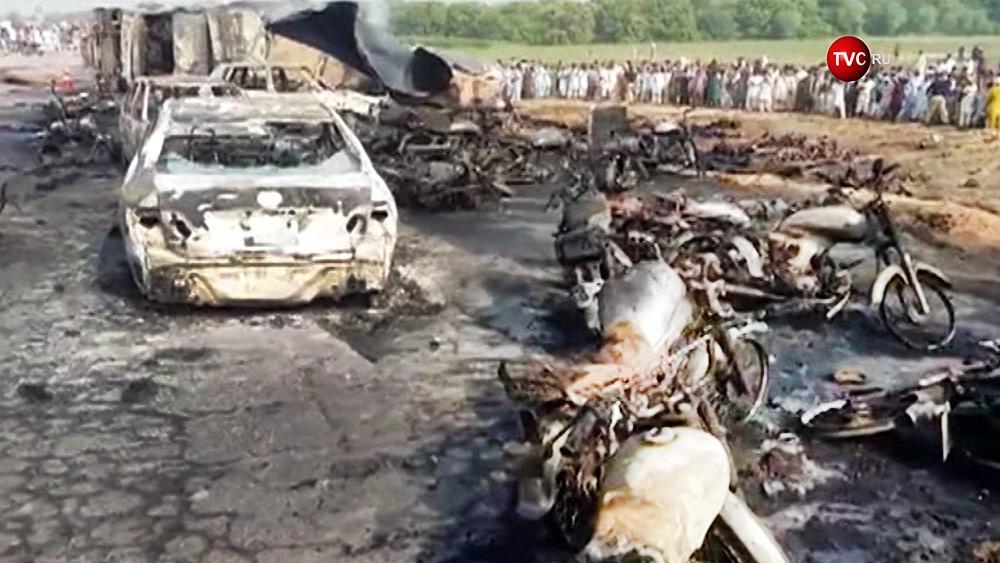 Последствия возгорания бензовоза в Пакистане