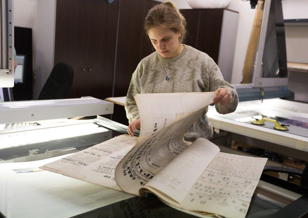Процесс оцифровки архива исторических афиш из фондов и архивов музея Большого театра