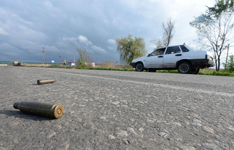 Гильзы от пуль на дороге. Боевые действия на юго-востоке Украины