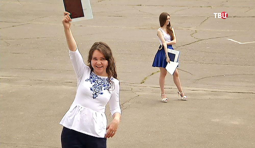 Каждый третий выпускник МГУ в этом году получил красный диплом  Выпускница с красным дипломом Фото ТВ Центр