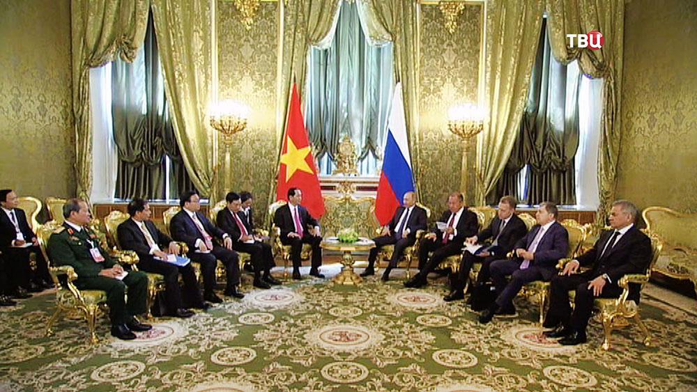 Президент России Владимир Путин и президент Вьетнама Нгуен Суан Фук