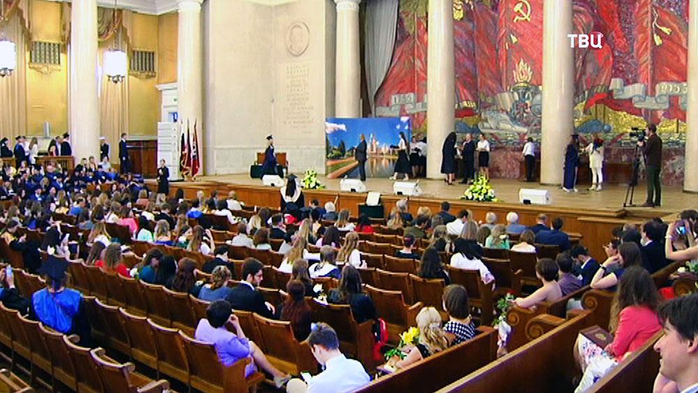 Каждый третий выпускник МГУ в этом году получил красный диплом  Вручение дипломов выпускникам МГУ Фото ТВ Центр